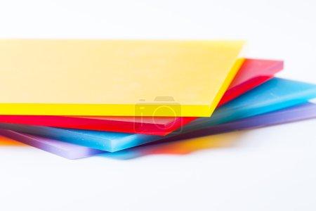 Photo pour Orange jaune rouge bleu violet plexi feuilles de verre sur le fond blanc - image libre de droit