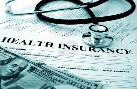 Photo pour Formulaire d'assurance-maladie avec dollars et stéthoscope - image libre de droit