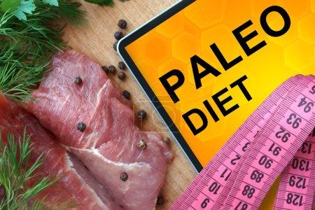 Photo pour Tablette avec régime paléo et viande fraîche sur panneau en bois - image libre de droit