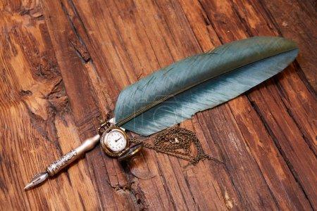 Photo pour Vieux stylo vintage sur un vieux bureau - image libre de droit