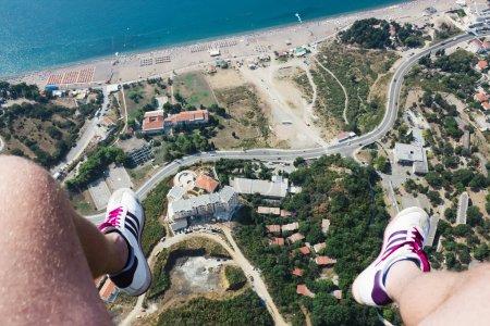Photo pour Pendre les pieds humains au-dessus de la Rafailovici, première personne point de vue Rafailovici, Montenegro - image libre de droit