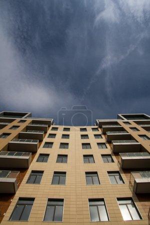 Photo pour Maison résidentielle européenne moderne à plusieurs étages. détails d'architecture - image libre de droit