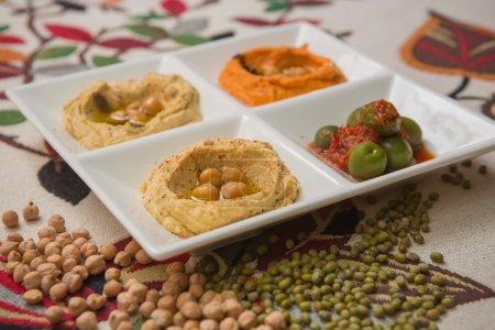 Photo pour Hummus délicieux et sains en pate blanche - image libre de droit