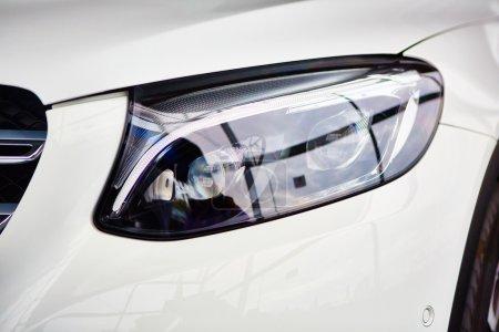 Photo pour Détail sur le phare d'une voiture blanche - image libre de droit