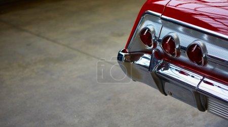 Photo pour Gros plan des feux arrière d'une voiture classique - image libre de droit