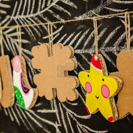 Photo pour Jouets en carton pour la guirlande de Noël ou de sapin de Noël. Décorations de Noël. Mise au point sélective - image libre de droit