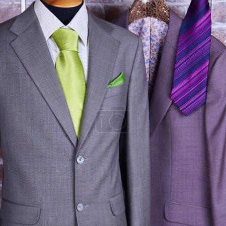 Photo pour Costume d'affaires élégant avec une chemise et une cravate - image libre de droit