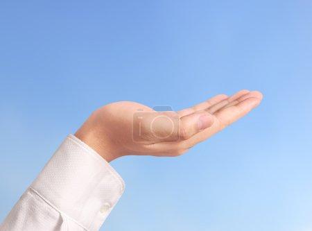 Photo pour Ouvrir la paume un geste de main isolé sur fond blanc - image libre de droit