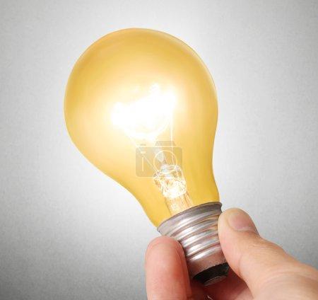 Photo pour Ampoule à économie d'énergie, idée d'ampoule créative à la main - image libre de droit