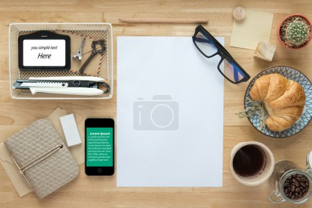 Photo pour Bureau, travaillant sur une Table en bois - image libre de droit