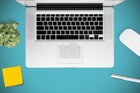 Photo pour Bureau avec ordinateur portable, vignette sur table - image libre de droit