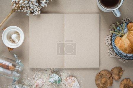 Photo pour Espace de travail - papier pour ordinateur portable avec café et biscuits sur table. Précédent - image libre de droit