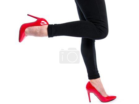 Photo pour Femme portant des chaussures à talons hauts rouge, isolés sur blanc - image libre de droit
