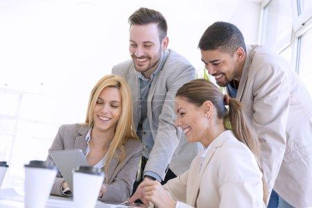 Photo pour Une équipe réussie de jeunes gens d'affaires Un groupe de jeunes gens d'affaires travaillant ensemble sur un nouveau projet . - image libre de droit
