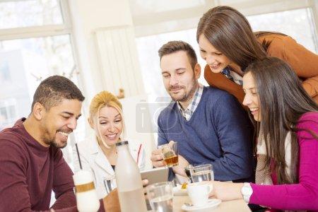 Photo pour Tir d'un avoir du bon temps au café des amis. Amis, souriant et assis dans un café, boire du café et profiter ensemble - image libre de droit