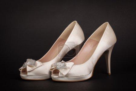 Foto de Elegante zapatos de mujer sobre fondo oscuro - Imagen libre de derechos
