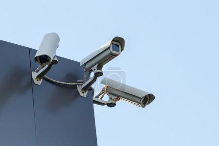 Photo pour Caméras cctv de sécurité sur le bâtiment - image libre de droit