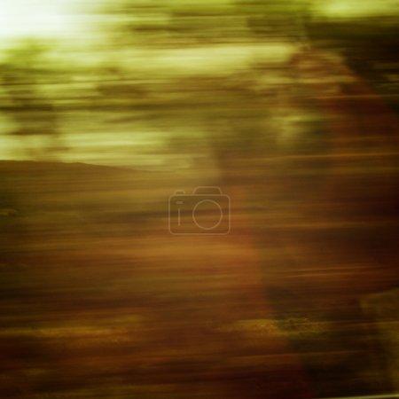 Photo pour Action floue de la voiture à grande vitesse photo effet rétro. Vue floue à travers la fenêtre mobile de la voiture. Arbres déconcentrés vus à travers un pare-brise de voiture. Anneau de Kerry, Irlande . - image libre de droit