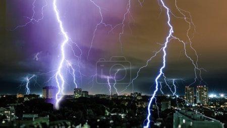 Foto de Tormenta eléctrica sobre la ciudad, rayo - Imagen libre de derechos
