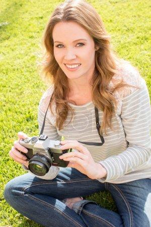 Foto de Mujer joven con su antigua cámara - Imagen libre de derechos