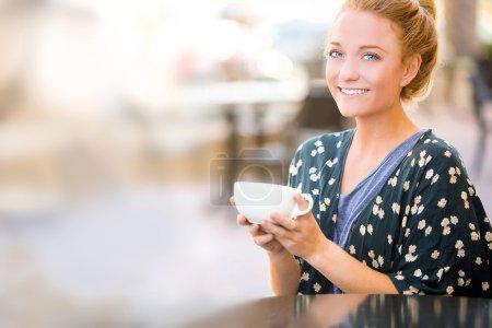 Photo pour Femme buvant café à l'extérieur - image libre de droit