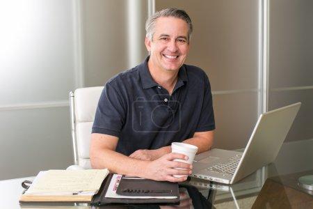 Foto de Hombre de negocios maduro casual trabajando con café - Imagen libre de derechos