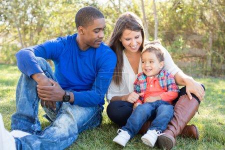 Foto de Multi cultural familia junta en el Parque - Imagen libre de derechos