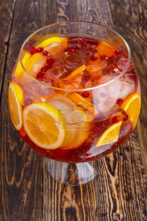 Foto de Close up of big jar of sprkling fruit sangria. Refreshing drink in bulk glass. - Imagen libre de derechos