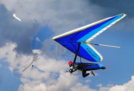 Photo pour Hang gliding in Greifenburg, Austria, FAI European Championship. Three gliders and dramatic cloudy sky. - image libre de droit