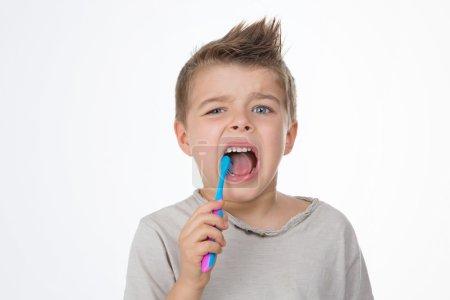 Photo pour Child brushes his molar with caries - image libre de droit