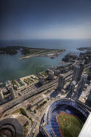 Foto de Vista aérea vertical del centro de Rogers en Toronto, Canadá, que alberga el Blue Jays de Toronto y fue inaugurado en 1989. Antiguamente se llamaba el Skydome. - Imagen libre de derechos