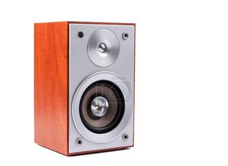 Photo pour Système audio stéréo isolé sur fond blanc. Haut-parleurs stéréo en bois - image libre de droit