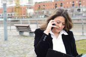 Portrét ženy mluví o její smartphone a čtení