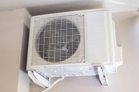 Photo pour Compresseur d'air d'un système de conditionnement d'air à l'extérieur d'un bâtiment - image libre de droit