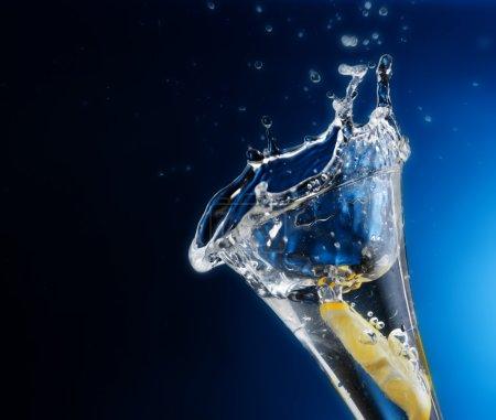 Photo pour L'eau froide très claire attire les formes liquides - image libre de droit