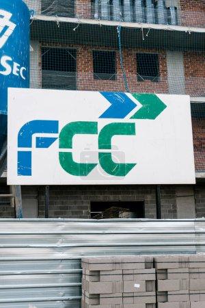 Badalona, Barcelona, Spanien - 21. Februar 2021. Fomento de Construcciones y Contratas, S.A. (FCC) ist eine spanische Unternehmensgruppe mit Sitz in Barcelona, die sich auf Bürgerdienste spezialisiert hat