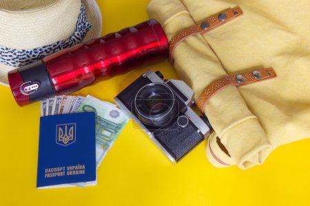 Photo pour Différents objets pour voyager sur fond jaune - image libre de droit