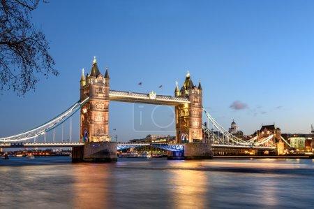 Photo pour Tower bridge de Londres est le point de repère le plus célèbre et l'attraction touristique . - image libre de droit