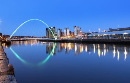 Photo pour Millennium bridge over river Tyne in Newcastle Upon Tyne, Angleterre . - image libre de droit