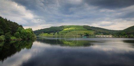 Photo pour Ladybower Reservoir est situé dans la vallée supérieure du Derwent, au cœur du parc national de Peak, en Angleterre. . - image libre de droit
