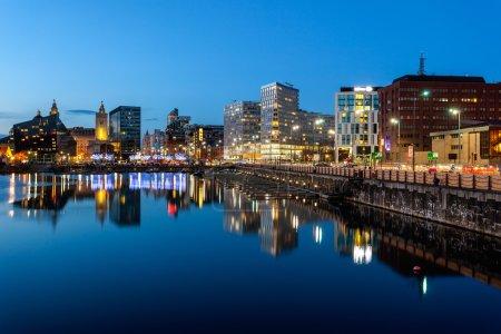 Photo pour Skyline des docks de Liverpool, qui est une attraction touristique, Liverpool, Angleterre. - image libre de droit