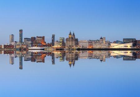 Photo pour Un reflet parfait de l'horizon de la ville de Liverpool. Tous les monuments célèbres de liverpool à l'horizon. - image libre de droit