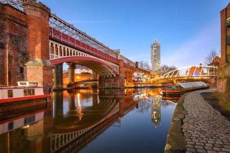 Photo pour Vue du plus haut bâtiment de la tour Beetham, reflétant dans le Canal de Manchester Manchester. - image libre de droit