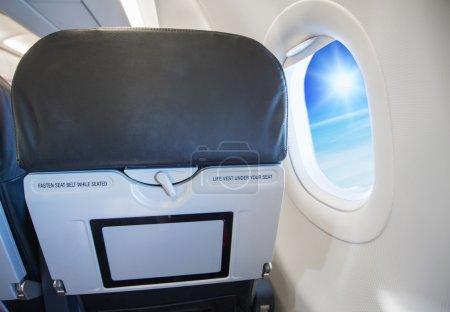 Photo pour Image de attacher la ceinture de sécurité tout en étant assis signe sur l'avion . - image libre de droit