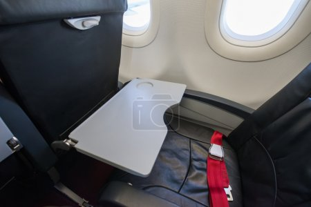 Photo pour Plateau de nourriture vide dans l'avion - image libre de droit