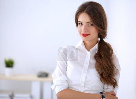 Photo pour Femme d'affaires attrayant debout près du mur dans le Bureau - image libre de droit