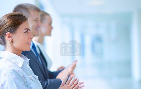 Photo pour Gens d'affaires souriant applaudir une bonne présentation au bureau . - image libre de droit