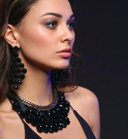 Photo pour Portrait d'une belle femme avec collier - image libre de droit