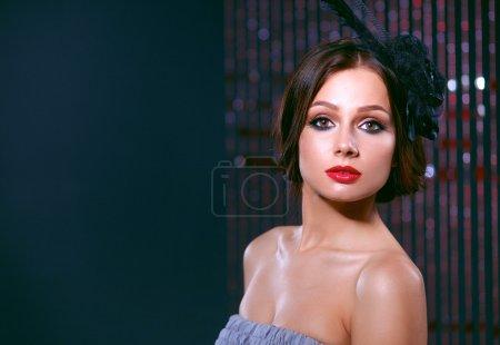 Photo pour Portrait d'une belle femme avec des fleurs dans les cheveux. - image libre de droit