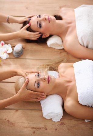 Photo pour Deux jeunes belles femmes se détendre et profiter au spa - image libre de droit